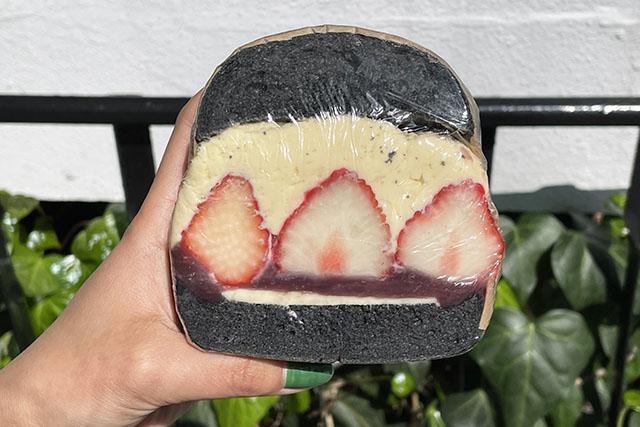 「季節的貝果三明治 草莓&紅豆奶油 (竹炭貝果)」550日圓(含稅)