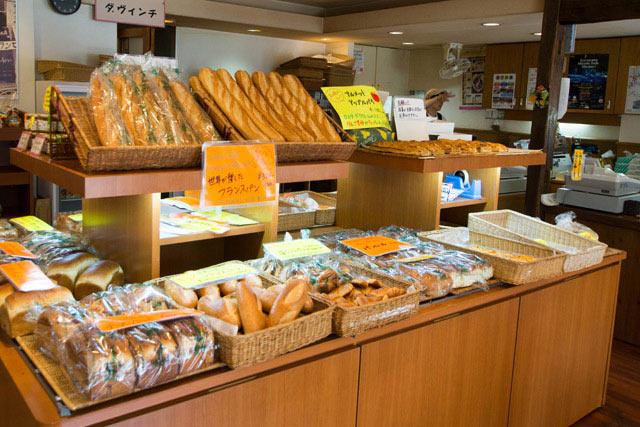 店内内観。朝からパンがずらり!