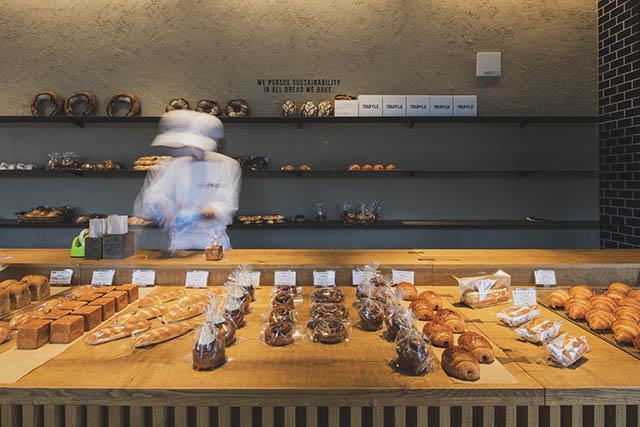 店頭には焼き立てのパンが並んでいます