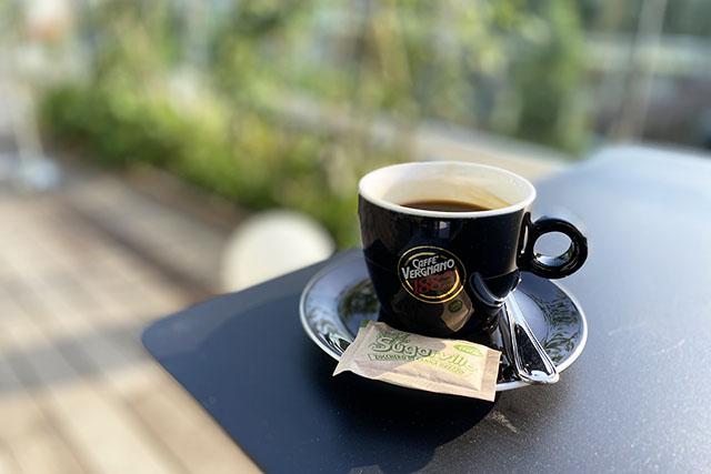 イタリア老舗コーヒーブランドのコーヒーをテラスで。