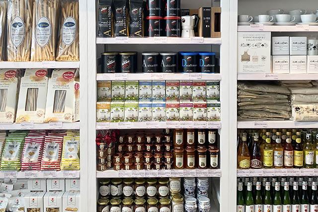 イタリアのさまざまな地域産のオリーブオイルやお菓子など、豊富な品揃え
