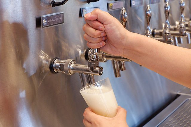 江戸切子のグラスに注がれるクラフトビール「天空(IPA)」
