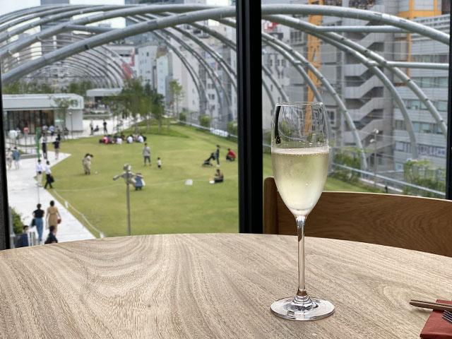 〈5F〉宮下公園を見渡せる空間で優雅にシャンパンを楽しめます
