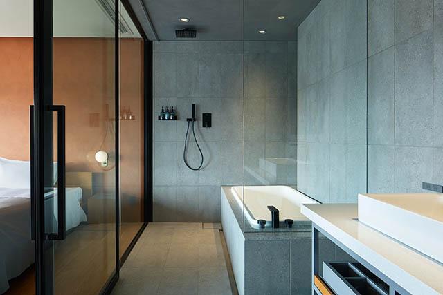 〈17階〉ベッドルーム横のスタイリッシュなバスルーム