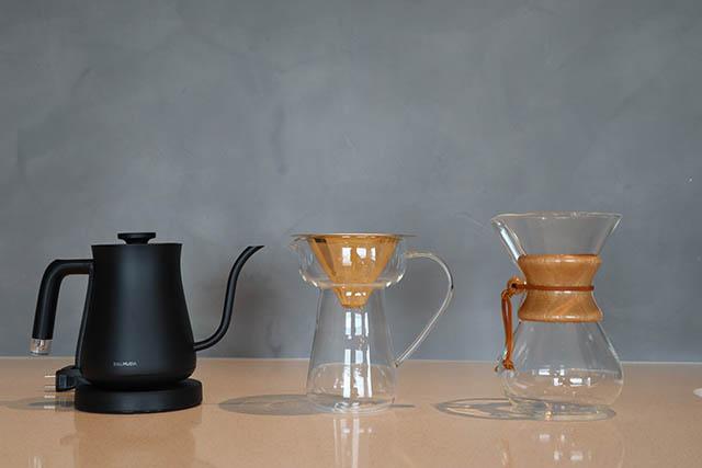 〈17階〉備え付けのキッチンとコーヒー器具でいつでもカフェタイムが楽しめます