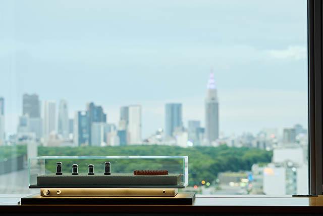 〈17階〉アート作品ともいえる「真空管アンプ」はBluetoothを繋いで実際に音楽を流すことができます