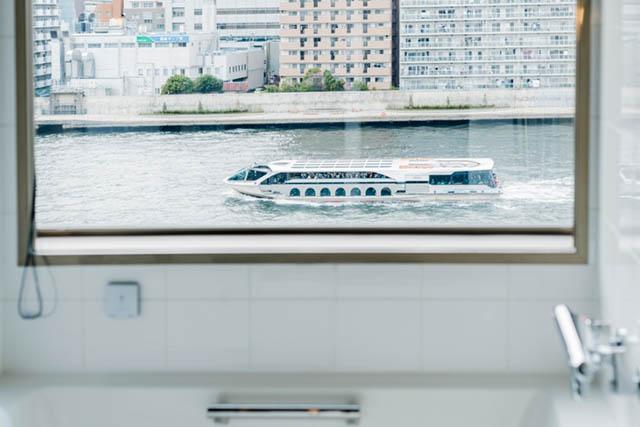 客室から見える隅田川の水上を走るクルーズ船