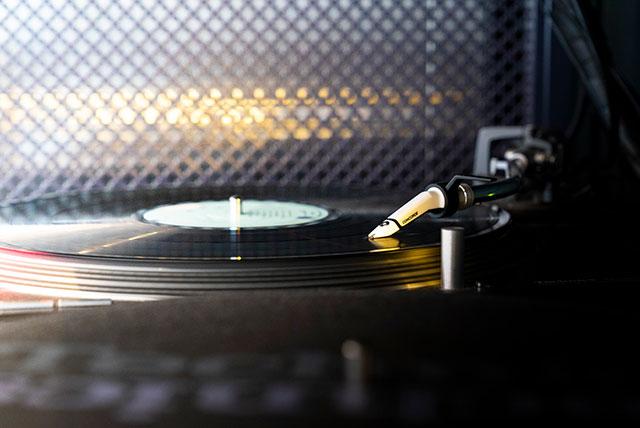 アナログレコードの温かな音色が空間広がります
