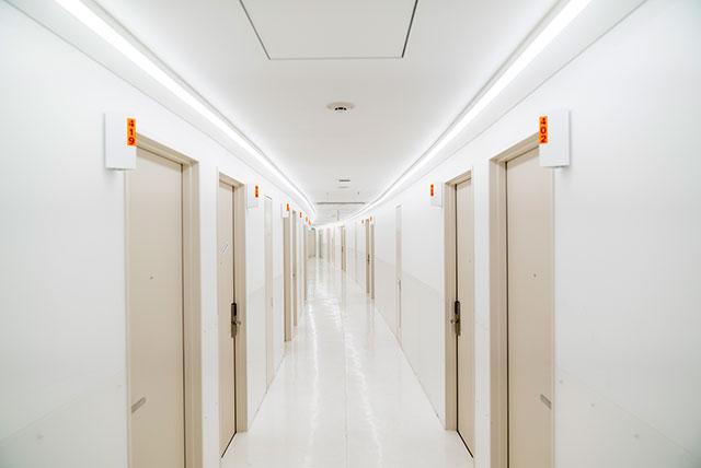 白で統一されたシンプルな廊下