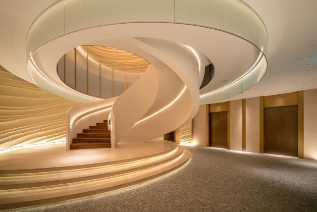エントランスから2階フロントへと続く象徴的ならせん階段