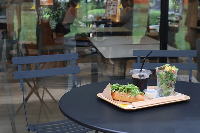 新鮮な食材を使ったカフェメニューをテラス席でいただけます