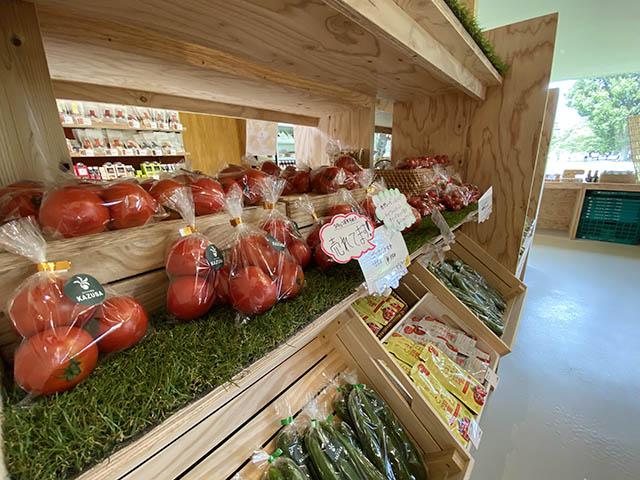 ファーマーズマルシェ 契約農家から届く新鮮な野菜が並びます