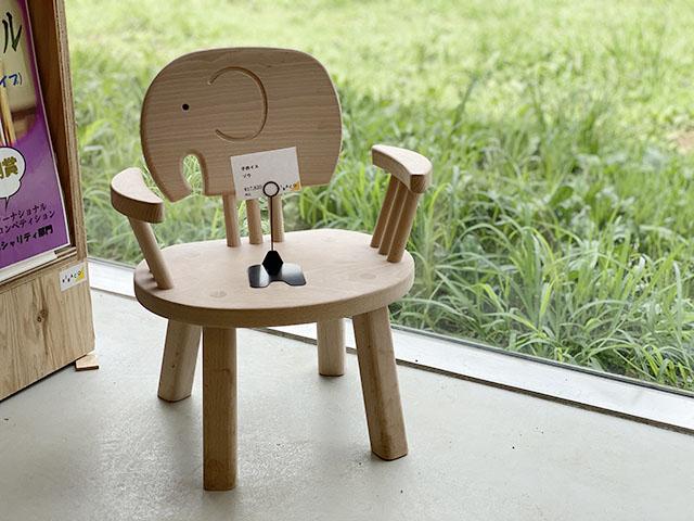 木製の可愛らしいキッズチェアー