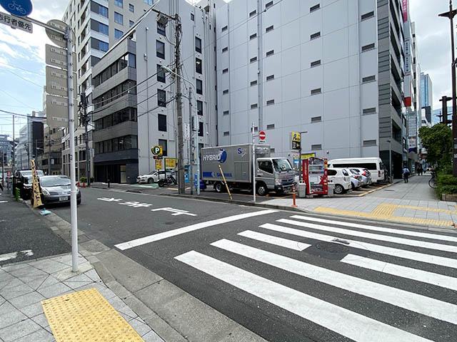 反対車線に駐車場が見えたら横断歩道を渡って左折