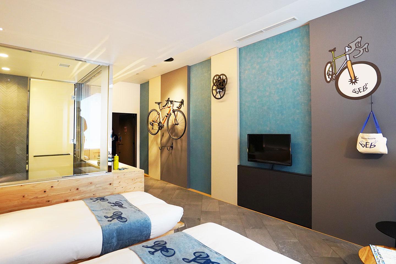 サイクリストが喜ぶマイ自転車を眺めながら入浴できるガラス張りの浴室