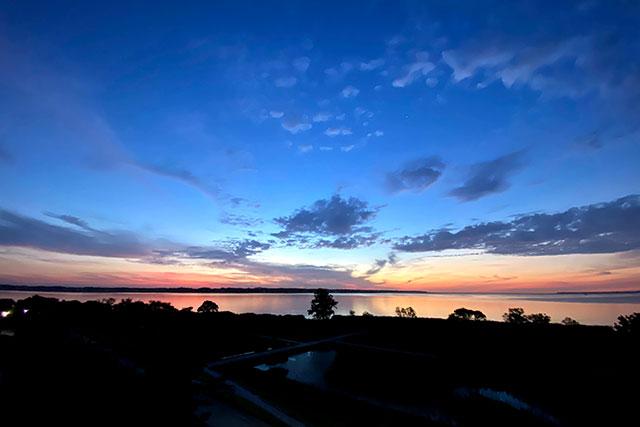 朝焼けに染まる空と、それを映す霞ヶ浦