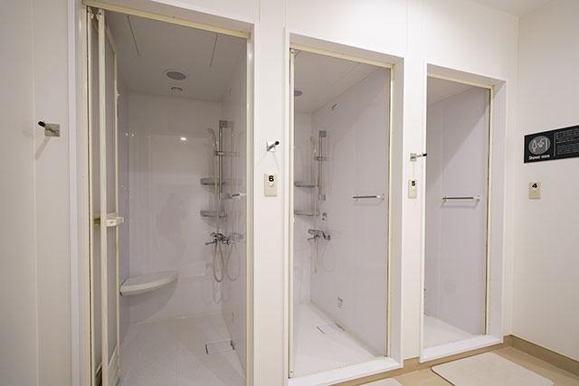 清潔なシャワーブース