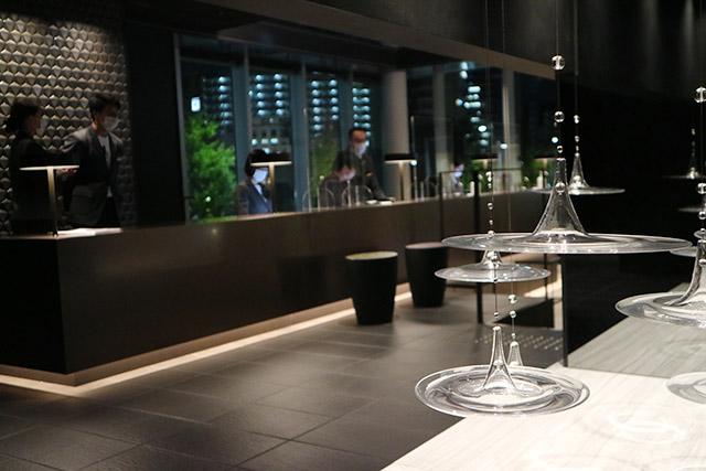 波紋をイメージしたガラス細工が飾られたホテルフロント