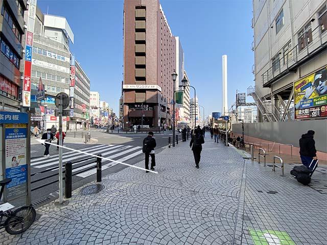 地上に出たら、すぐ左の横断歩道を渡ります