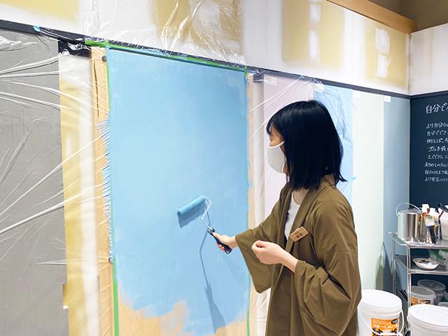 「DIYサポート」 壁塗りの実演中
