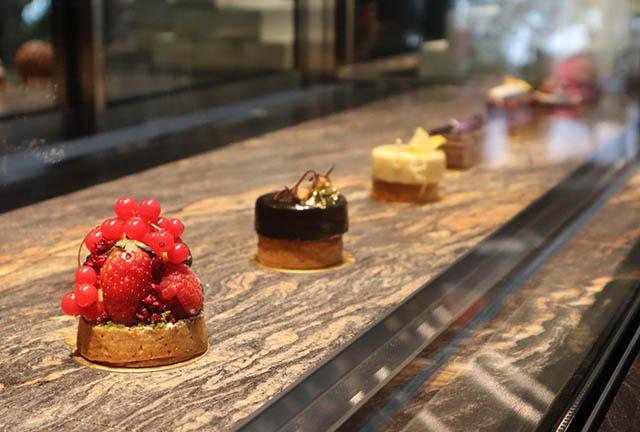 店頭のガラスケースに美しく並ぶ個性豊かなケーキ