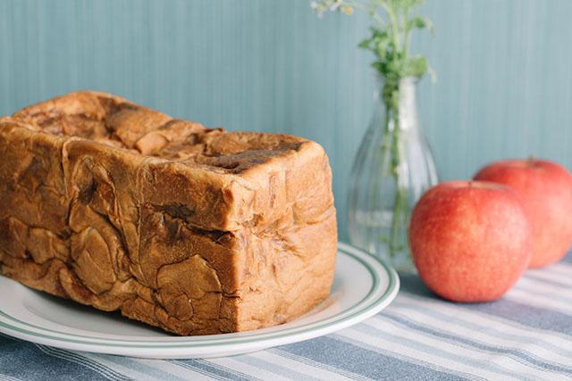 「ずっしり贅沢りんご食パン」