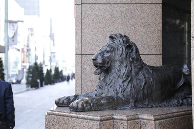 Iconic statue of lion at the entrance of Mitsukoshi