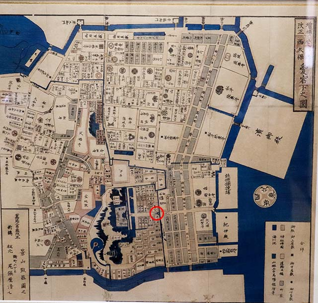 Map of the area in Edo period with the red circle indicating Daimon (main gate)