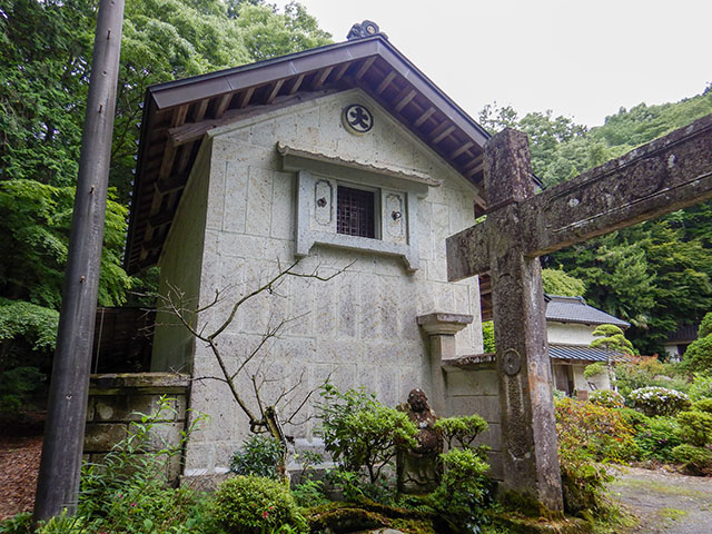 Storehouse made in Meiji Period with the highest quality Ohya stone called Toramoku. This can be seen during the latter part of the tour.