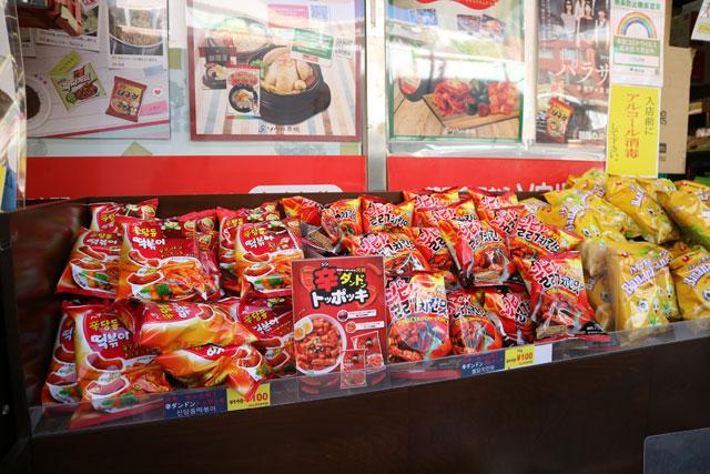 ソウル市場 韓国で人気のお菓子が店頭に山積み