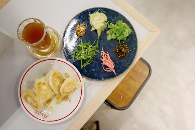 「焼き餃子」480円 「薬味盛り」350円 「ウーロンエール」450円(全て税抜)